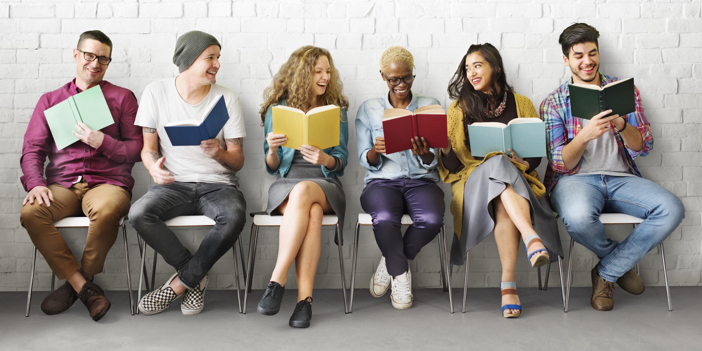 Schüler Studenten mit Büchern Lernmaterial